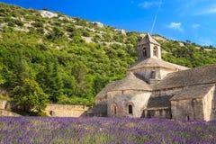 Monasterio antiguo Abbaye Notre-Dame de Senanque adentro Imágenes de archivo libres de regalías