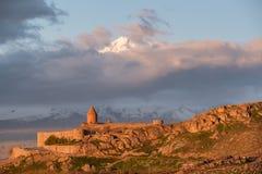 Monasterio antiguo delante de la montaña Fotos de archivo libres de regalías