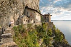 Monasterio antiguo en el lago Maggiore, Italia del norte Vista pintoresca de la ermita de Santa Caterina del Sasso, XIII siglo Fotografía de archivo libre de regalías