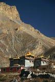 Monasterio budista en montañas de Nepal cerca de Tíbet Fotos de archivo