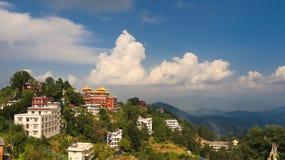 Monasterio budista encima de una colina fotos de archivo