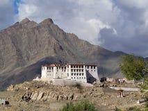 Monasterio budista Stakna Gonpa, blanco que muchos pisos del edificio con la capa se colocan en una colina entre las montañas, La Fotos de archivo libres de regalías