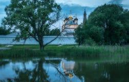 Monasterio, catedral, bóveda, ortodoxia, cruz, iconos, capillas imagen de archivo libre de regalías