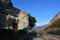 Monasterio cerca del lago Iseo imagenes de archivo