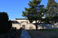 Monasterio cerca del lago Iseo imagen de archivo libre de regalías