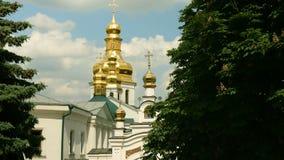 Monasterio cristiano ortodoxo Bóvedas de oro de la catedral y de iglesias medievales en Kiev-Pechersk Lavra almacen de metraje de vídeo