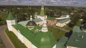 Monasterio cristiano ortodoxo Silueta del hombre de negocios Cowering almacen de metraje de vídeo