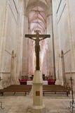 Monasterio de Batalha Crucifijo y altar vistos del ábside de la iglesia Foto de archivo libre de regalías