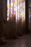 Monasterio de Batalha Efectos del color del vitral sobre las columnas de la iglesia Fotografía de archivo libre de regalías