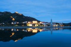 Monasterio de Durnstein en la noche reflejada en Danubio Foto de archivo