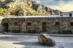 Monasterio de Geghard de Armenia con la piedra santa y de los bancos para los peregrinos cerca del cuarto para los sacerdotes fotos de archivo libres de regalías
