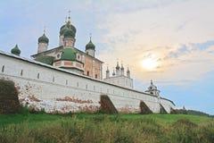 Monasterio de Goritsky de Dormition bajo rayos oscuros del Sun en Pereslavl-Zalessky, Rusia Imagen de archivo libre de regalías