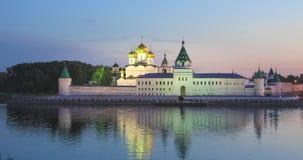 Monasterio de Ipatiev que refleja en agua en la oscuridad, Kostroma metrajes