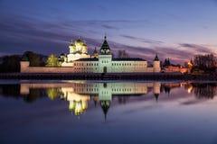 Monasterio de Ipatievsky en el crepúsculo Foto de archivo libre de regalías