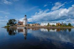 Monasterio de Kamenny en el kubenskoe Rusia del lago Imagen de archivo libre de regalías