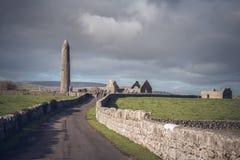 Monasterio de Kilmacduagh, Irlanda Imágenes de archivo libres de regalías