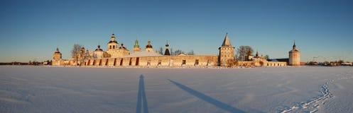 Monasterio de Kirillo-Belozersky del panorama del invierno Fotografía de archivo