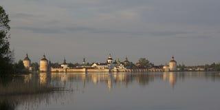Monasterio de Kirillo-Belozersky en el sol de la tarde Kirillov, Russi Imagenes de archivo