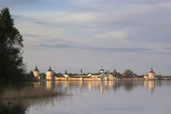 Monasterio de Kirillo-Belozersky en el sol de la tarde Kirillov, Russi Foto de archivo