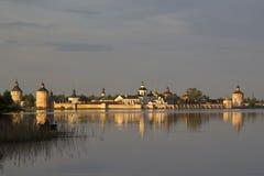 Monasterio de Kirillo-Belozersky en el sol de la tarde Kirillov, Russi Foto de archivo libre de regalías