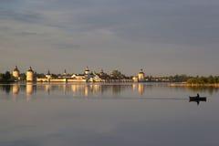 Monasterio de Kirillo-Belozersky en el sol de la tarde Kirillov, Russi Imágenes de archivo libres de regalías