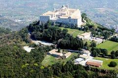 Monasterio de la cima de la montaña   Fotografía de archivo libre de regalías