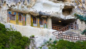 Monasterio de la roca de Besarbovo Imagen de archivo