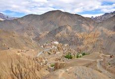 Monasterio de Lamayyuru en colinas estériles Fotos de archivo libres de regalías