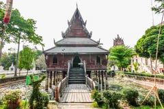 Monasterio de madera antiguo y la biblioteca en los zancos en el templo de Wat Thung Si Muang en Ubon Ratchathani, Tailandia foto de archivo