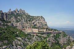 Monasterio de Montserrat alto para arriba en las montañas, España Foto de archivo libre de regalías
