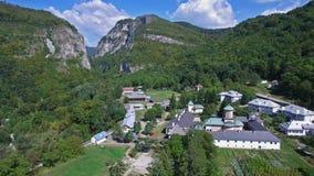 Monasterio de Polovragi, Rumania, vuelo aéreo, inclinación almacen de video