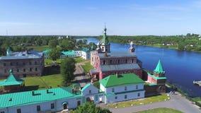 Monasterio de San Nicolás y el río de Volkhov en un primero de mayo soleado Región de Ladoga viejo, Leningrad almacen de metraje de vídeo