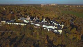Monasterio de Savvino-Storozhevsky en la región de Zvenigorod - de Moscú - Rusia - vídeo aéreo metrajes