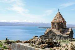 Monasterio de Sevanavank - apóstoles santos y la virgen bendecida, lago Sevan en el fondo, Armenia Fotos de archivo libres de regalías