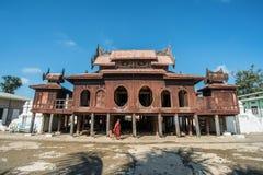 Monasterio de Shwe Yaunghwe el templo grande uno de la ventana del lugar de la atracción más turística de la ciudad de Nyaungshwe Imagen de archivo libre de regalías