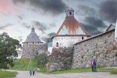 Monasterio de Solovetsky Pared de la fortaleza de Solovki con las torres Fotos de archivo libres de regalías