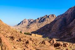 Monasterio de St Catherine y montañas cerca de la montaña de Moses, Sinaí Egipto Imágenes de archivo libres de regalías