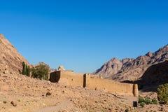 Monasterio de St Catherine y montañas cerca de la montaña de Moses, Sinaí Egipto Imagenes de archivo
