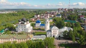 Monasterio de Trifonov de la suposición de Uspensky con la catedral de la suposición, campanario y St Nicholas Gate Church en Kir almacen de video