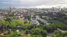 Monasterio de Trifonov de la suposición de Uspensky con la catedral de la suposición, campanario y St Nicholas Gate Church en Kir almacen de metraje de vídeo