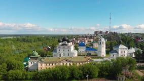 Monasterio de Trifonov de la suposición de Uspensky con la catedral de la suposición, campanario y St Nicholas Gate Church en Kir metrajes