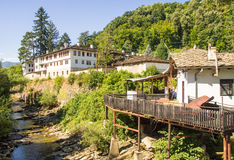 Monasterio de Troyan del búlgaro en el banco del río Cherni Osam Imágenes de archivo libres de regalías