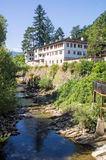 Monasterio de Troyan en el banco del río Cherni Osam Bulgaria Imagen de archivo