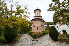 Monasterio de una iglesia de la piedra de la madera- Imágenes de archivo libres de regalías
