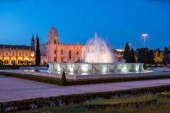 Monasterio del Hieronymites y de la fuente en la noche Lisboa, Por Imagen de archivo libre de regalías
