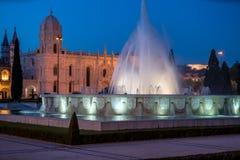 Monasterio del Hieronymites y de la fuente en la noche Lisboa, Por Imagen de archivo