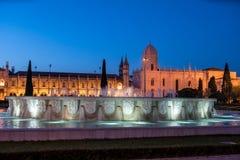 Monasterio del Hieronymites y de la fuente en la noche Lisboa, Por Imágenes de archivo libres de regalías