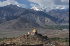 Monasterio del tejado y cordillera de oro Leh Ladakh, la India de la nieve fotos de archivo