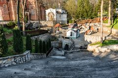 Monasterio Djunis con la iglesia de la madre de la cubierta del ` s de dios, Serbia Fotos de archivo