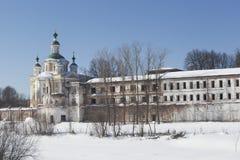 Monasterio e iglesia santos de la suposición, región de Totma Vologda, Rusia de Sumorin Imagenes de archivo